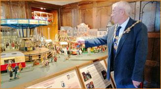 Tewkesbury Town Mayor visits model fairground exhibit